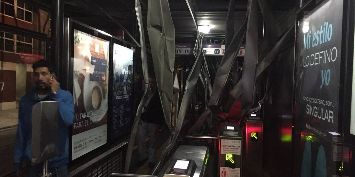 """Tráiler """"destroza"""" estación de Metrobús Xola"""
