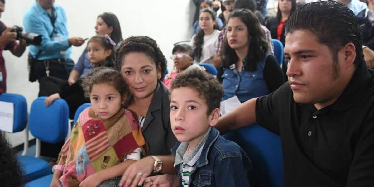 VIDEO. Niño guatemalteco escucha por primera vez a su mamá tras recibir implante