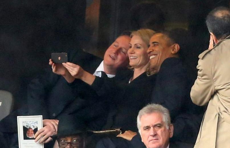 Obama y Cameron causaron indignación por tomarse una selfie en el funeral de Nelson Mandela Foto: Especial