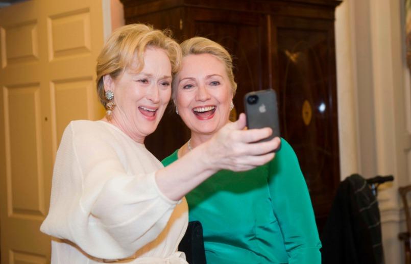 La ex candidata a la presidencia se tomó una selfie con la múltiple ganadora del Oscar, Meryl Streep Foto: Especial