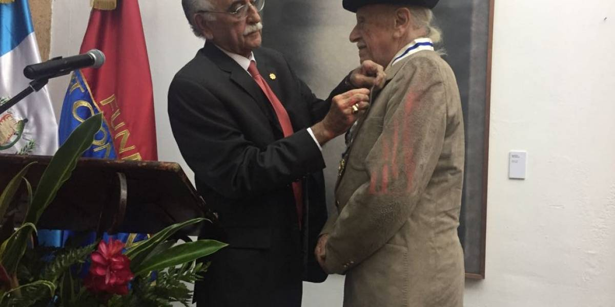 Rodolfo Abularach y Juannio reciben condecoración Orden del Arrayán