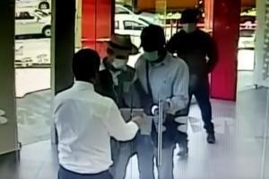 Custodio de banco cierra la puerta a asaltantes en último segundo