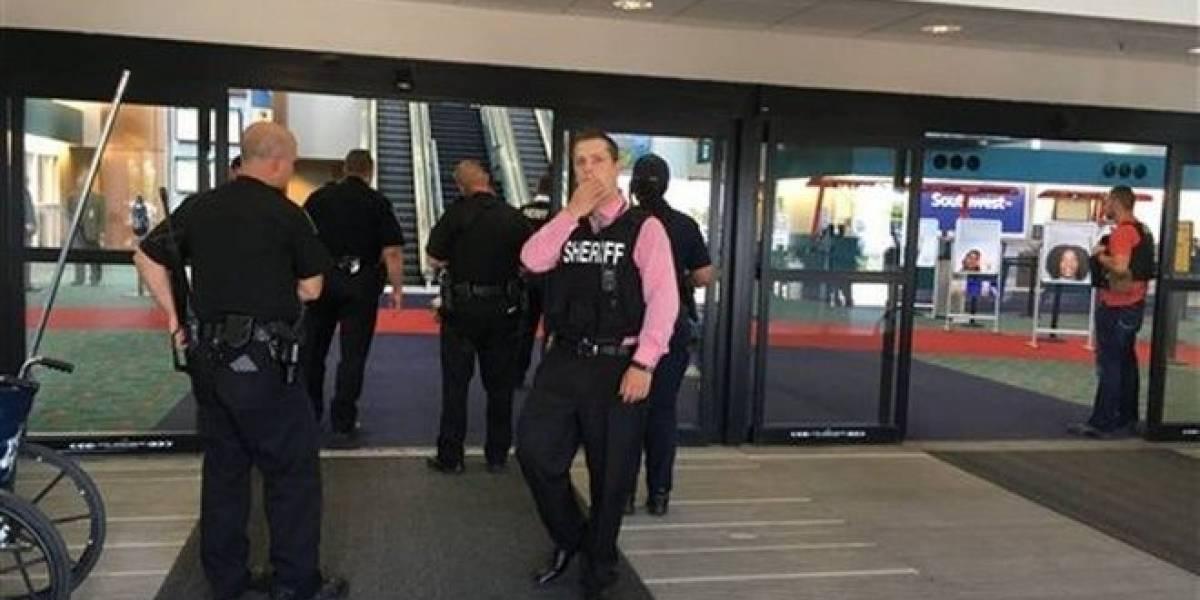 """Como """"acto de terrorismo"""" investigan ataque a policía en aeropuerto de Michigan"""