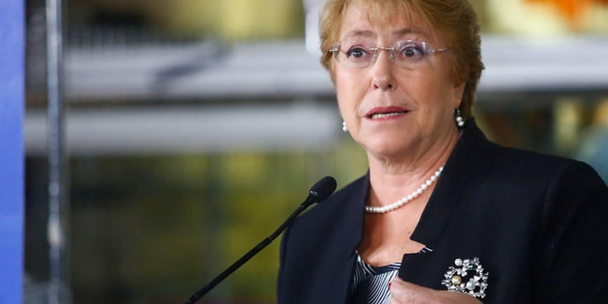 """Bachelet vuelve a arremeter contra Piñera: """"Bromas de este tipo es mantener los prejuicios"""""""