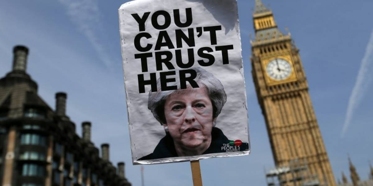 Una frágil May se refugia en un duro Brexit y busca alcanzar apoyo del Parlamento británico