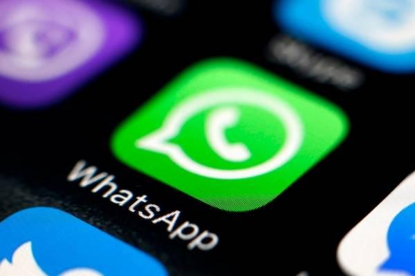 El sencillo truco para escuchar audios de WhatsApp sin que salga el doble 'visto azul'