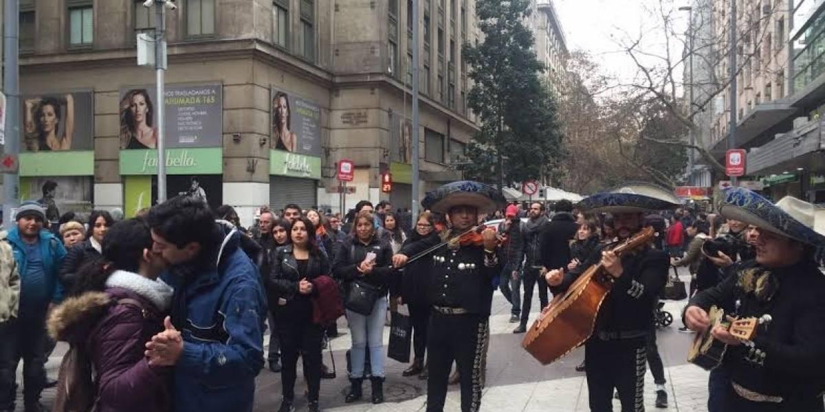 Transeúntes de Santiago Centro fueron testigos de singular petición de matrimonio