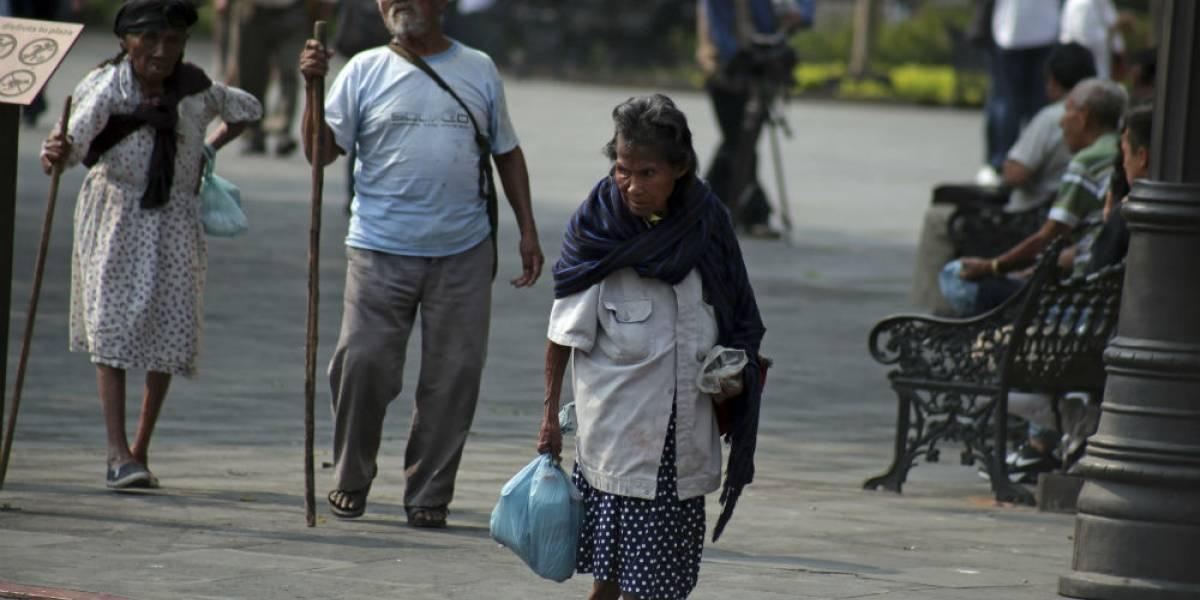 Pobreza mundial disminuiría 50% si adultos terminan la secundaria: UNESCO
