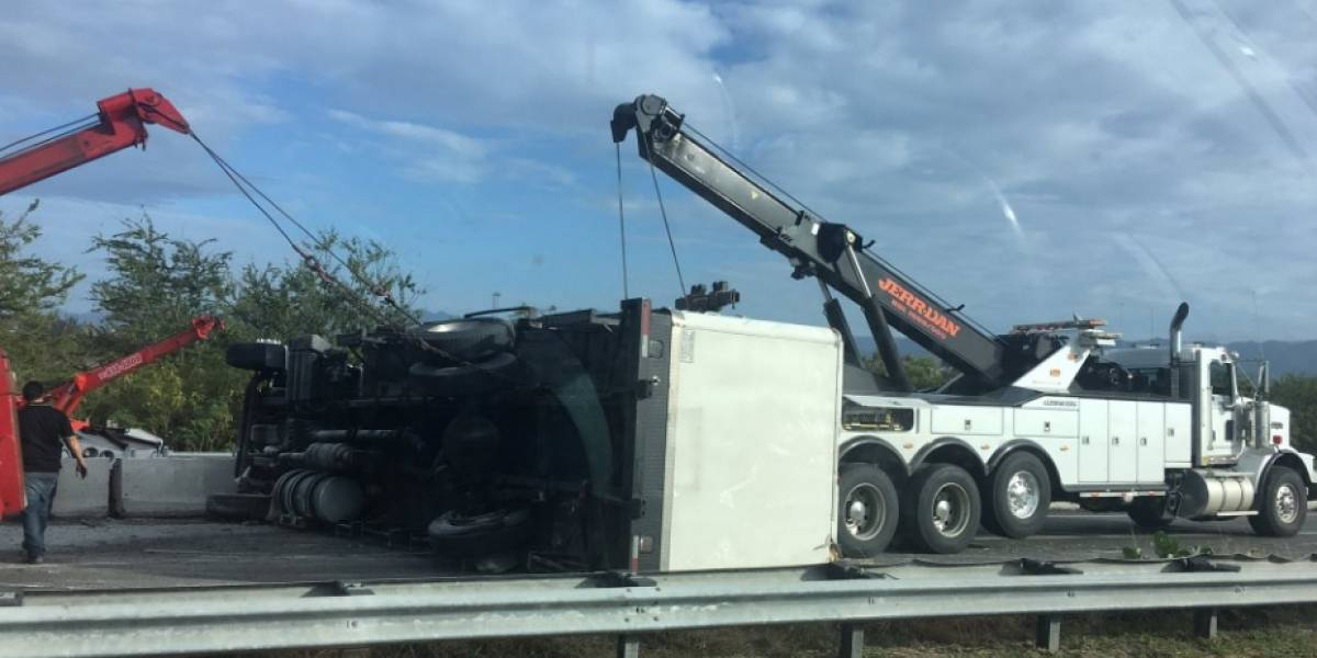 Se vuelca camión en expreso 22 de Juana Díaz a Ponce