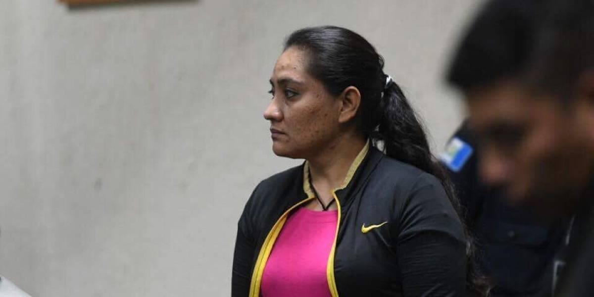 """Policía llora ante un juez, se declara inocente y como """"una héroe"""""""