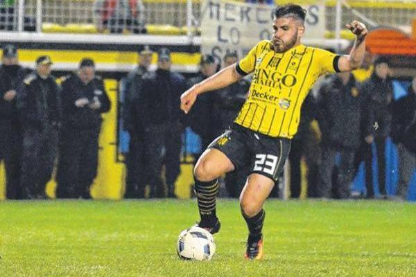Julián Fernández destaca por su fuerza y buen manejo en mediocampo / lanueva.com