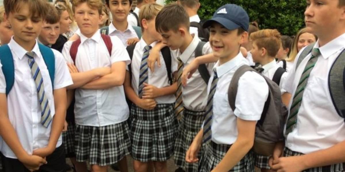 Alumnos de Inglaterra asisten a la escuela en falda por calor