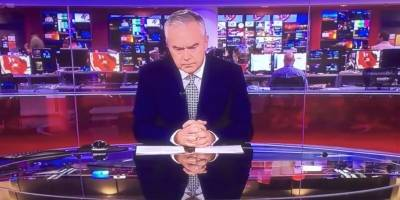 Presentador de la BBC pasa dos minutos en silencio en vivo