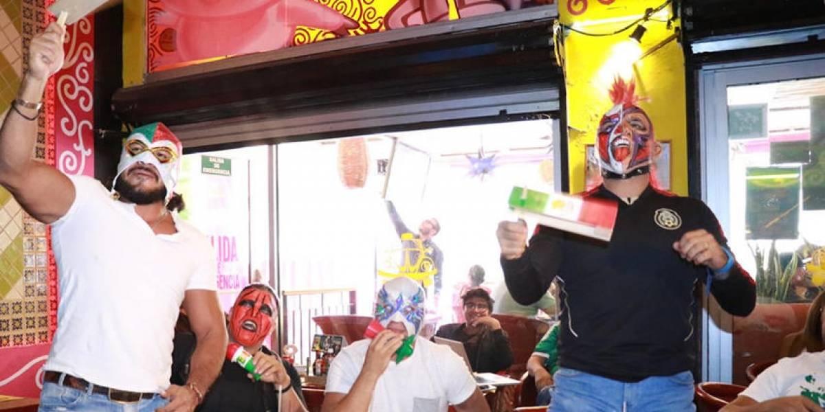 VIDEO: Luchadores de la Triple A dejan el ring para alentar al Tri