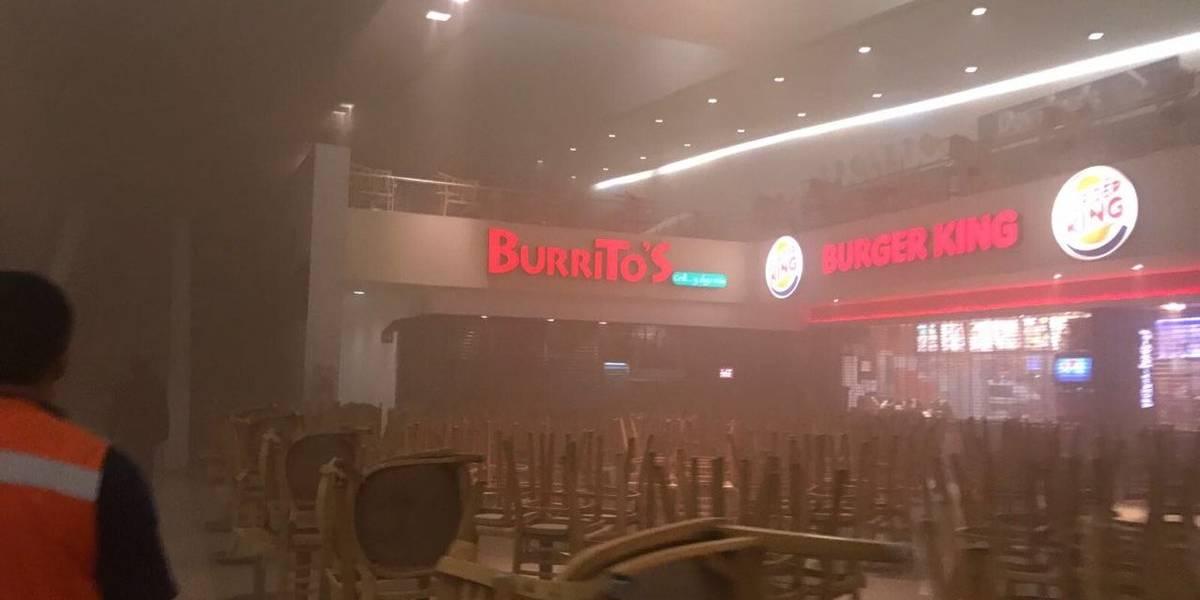 Se incendia área de comida rápida en Plaza Satélite; evacuan a 200 trabajadores