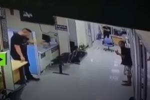Policía pide a hombre que deje su cuchillo y lo abraza