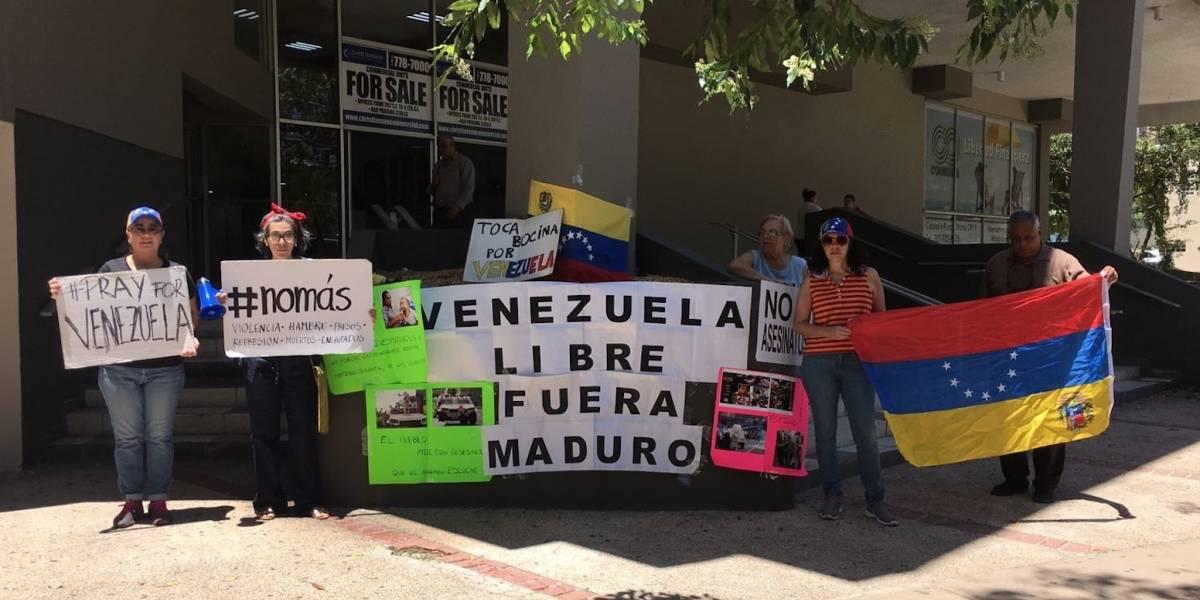 Venezolanos protestan ante Consulado dominicano en PR