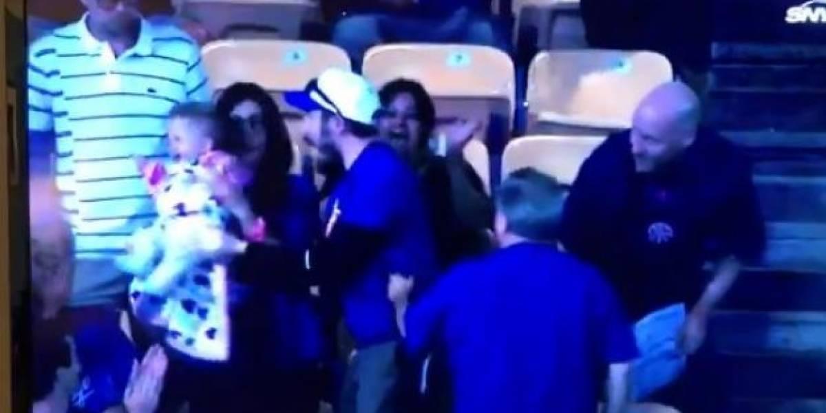Aficionado atrapa pelota en partido de béisbol y su esposa enfurece