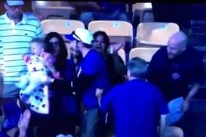 VIDEO: Aficionado atrapa pelota en partido de beis y su esposa enfurece