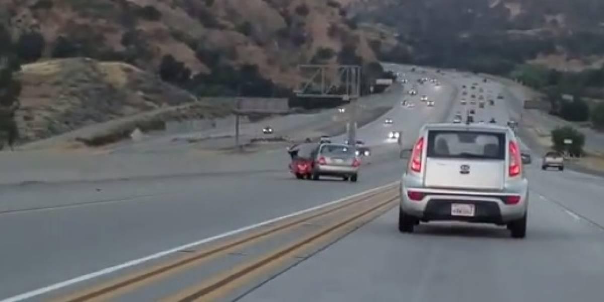 Insólita pelea entre motociclista y un conductor produce grave accidente
