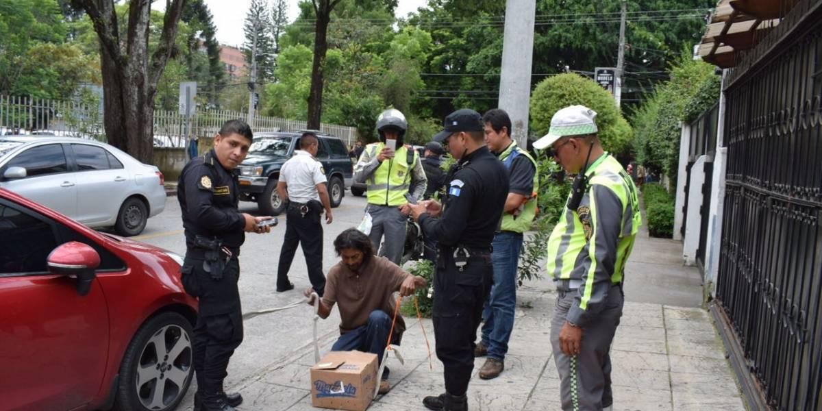 Cámaras de vigilancia en zona 10 detectan a sospechoso con un cocodrilo dentro de una caja de cartón