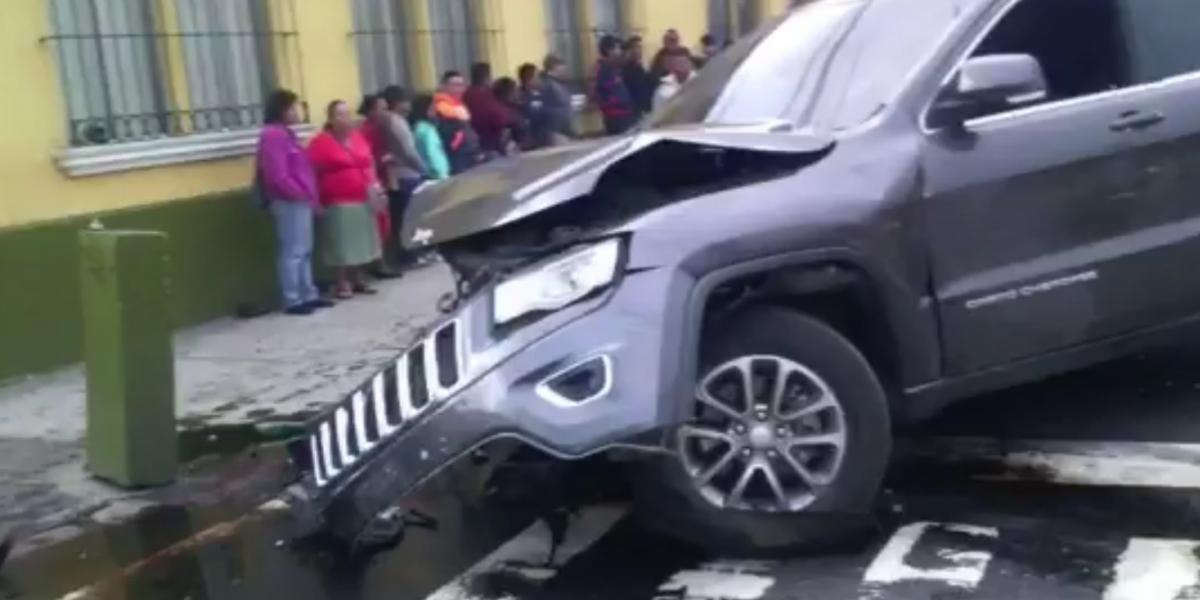 Tránsito complicado por colisión vehicular en Avenida Elena