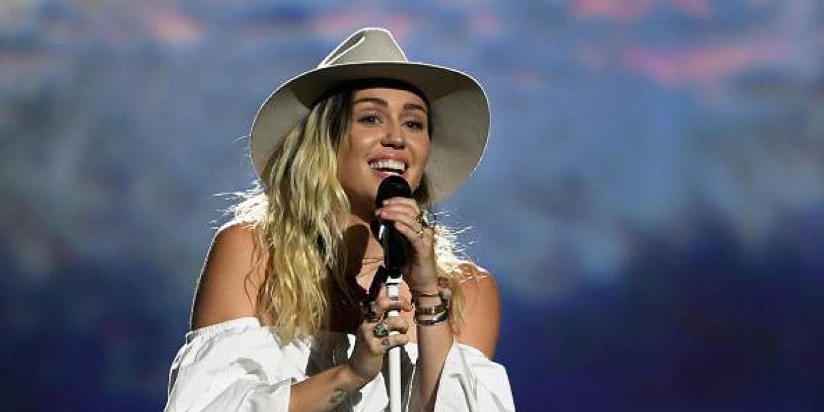 ¡Alerta hot! Miley Cyrus le da la bienvenida al verano con un ajustado bikini