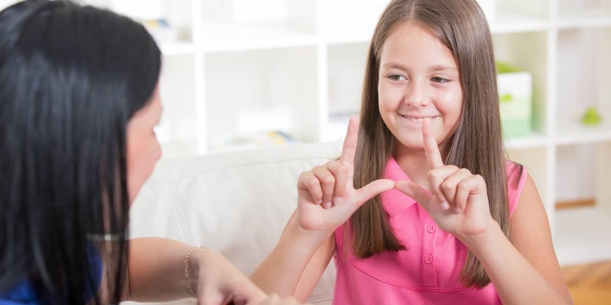 Senado aprueba incluir cursos de lenguaje de señas en currículo escolar