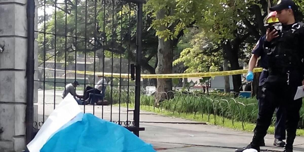 Asesinan con saña a joven en parque Colón