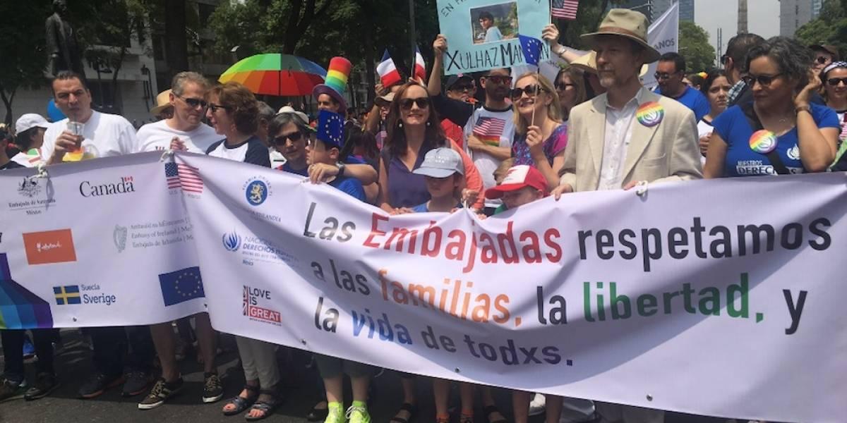 Embajadores de EU, Canadá e Inglaterra se suman a la marcha del Orgullo Gay