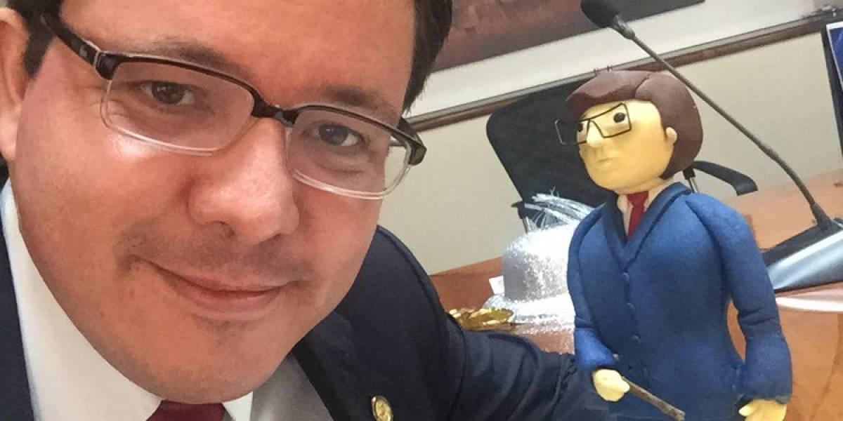 Ministro de Finanzas celebra su cumpleaños con un peculiar pastel
