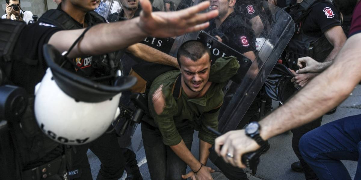 Policía turca usa balas de goma para dispersar marcha gay prohibida en Estambul