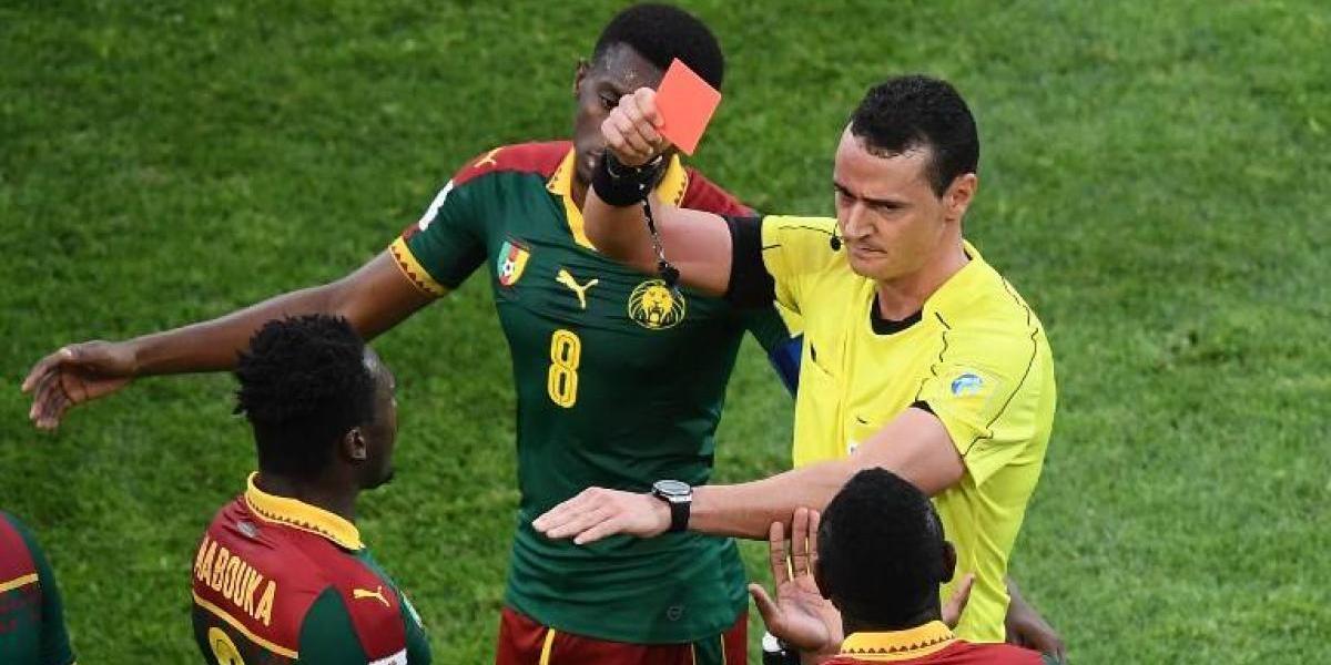 Arbitro colombiano usó el VAR, se equivocó y mostró una roja equivocada a jugador de Camerún