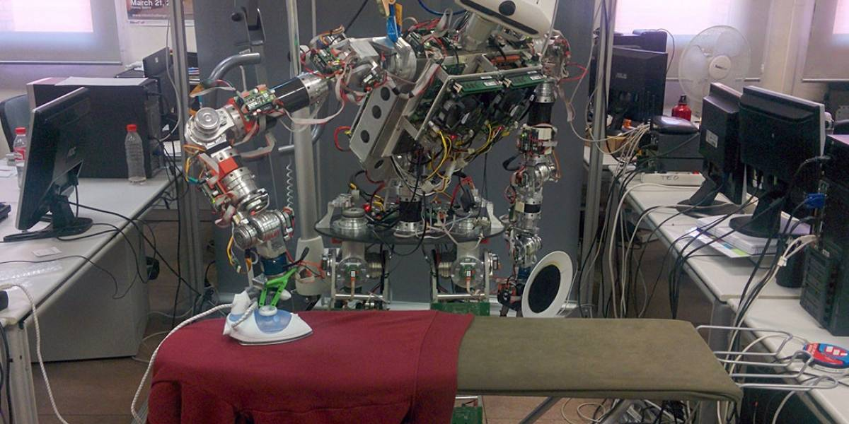 Cada vez más cerca de Robotina: Este es TEO y sabe planchar