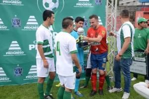 Alessandro Del Piero recibe la Copa Cementos Progreso