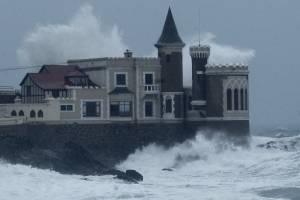 Fuertes marejadas obligaron el cierre de calles y de metro en la Región de Valparaíso