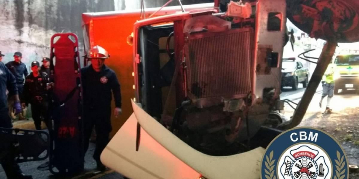 Camión cae en paso a desnivel por el estadio de Municipal