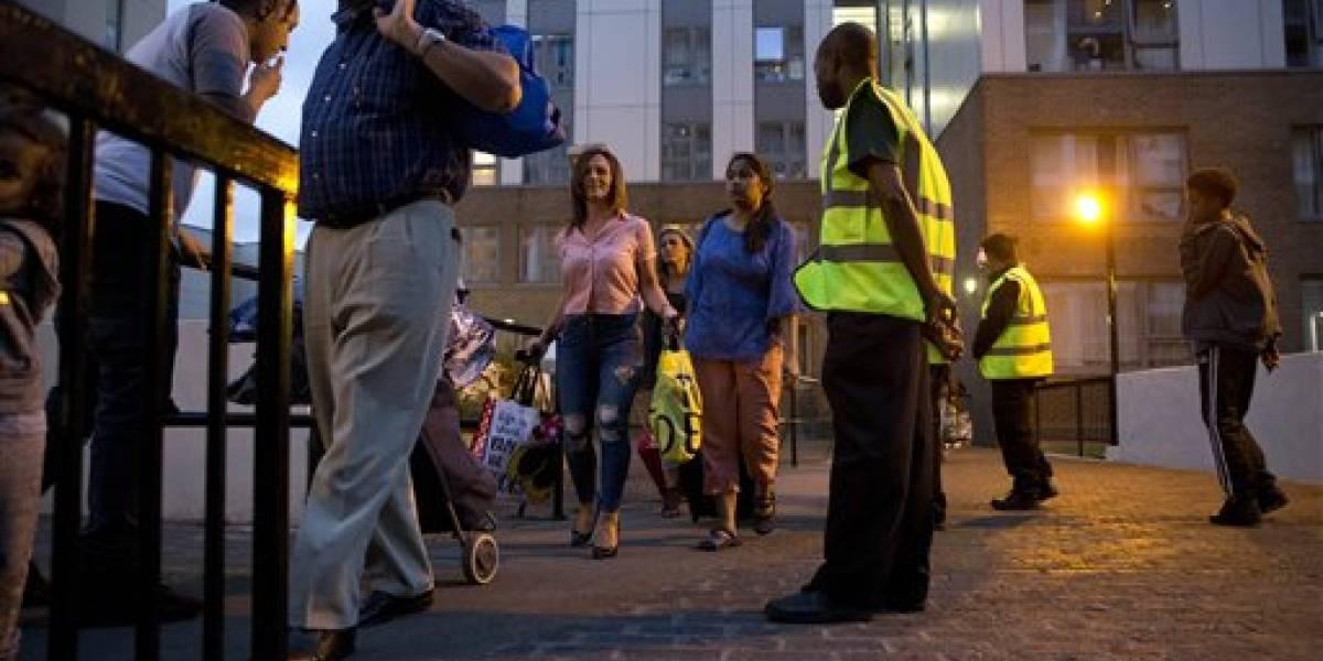 Evacúan a 800 familias de edificios en Londres tras devastador incendio