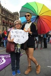 Madre e hijo en marcha LGBTTTI