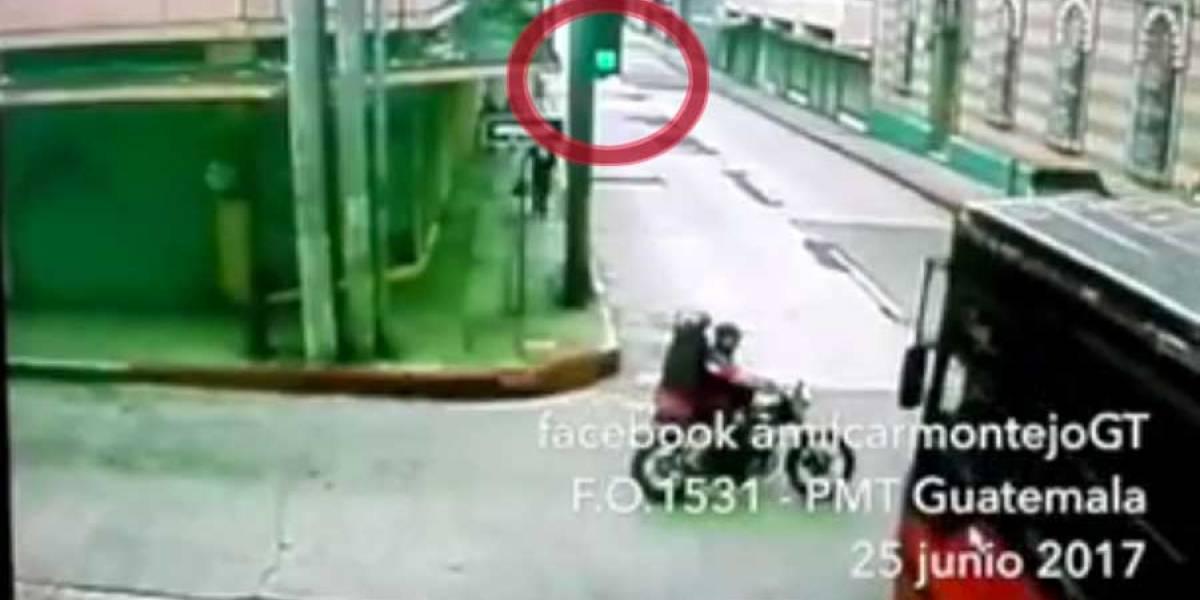 VIDEO. Motorista se pasa semáforo en rojo y es embestido por bus urbano