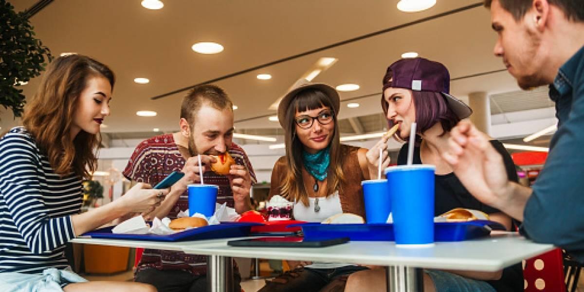 Más las mujeres que consumen alimentos en fast foods