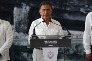 Ofrece Yunes un millón de pesos de recompensa por asesinos de mando policial