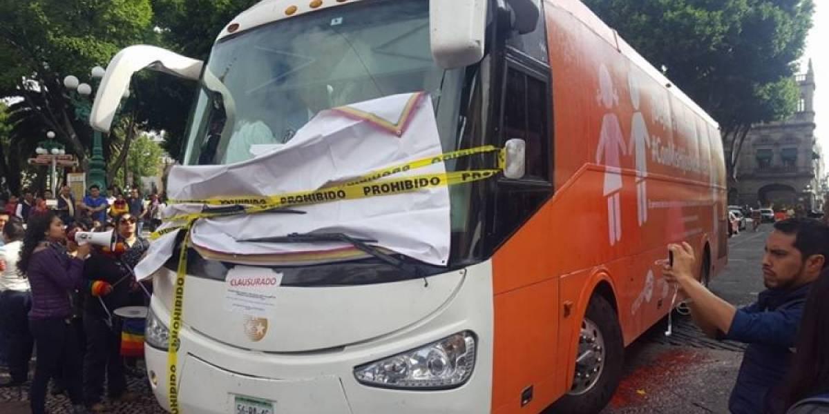 Comunidad LGBTTTI lanza huevos contra autobús 'homofóbico' en Puebla