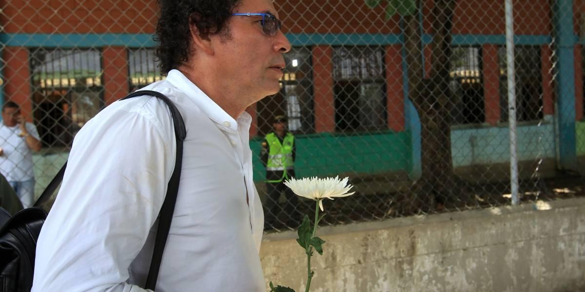 Pastor Alape entregó el arma que le dio Manuel Marulanda