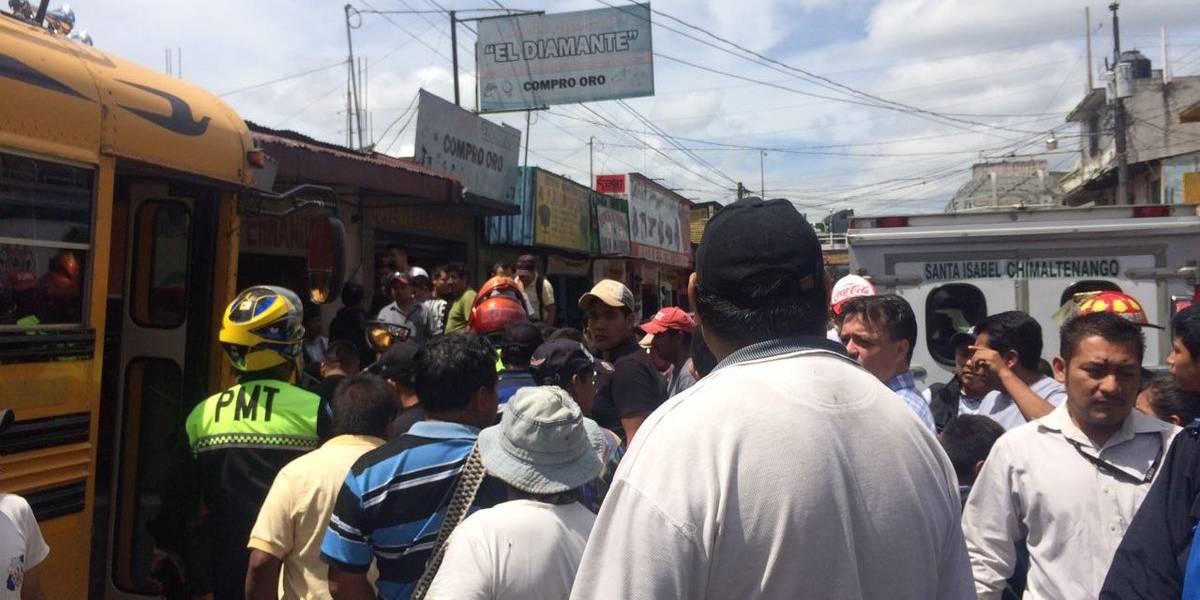 Autobús arrolla a varias personas y se empotra en un local en Chimaltenango