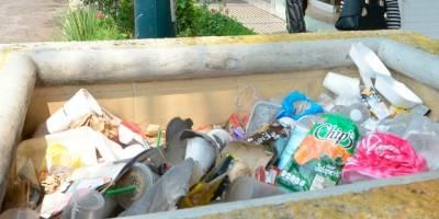 Los desechos son abandonados hasta en las jardineras