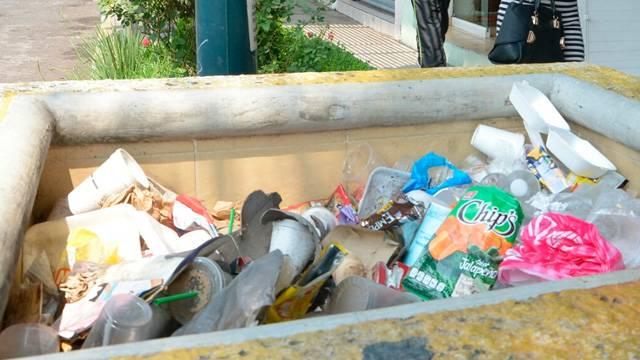 Ciudadanos arrojan sus desechos sólidos en la vía pública ACG