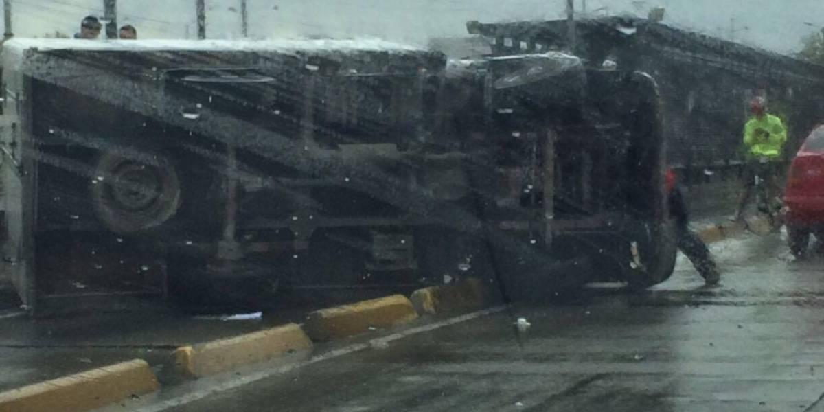 ¡Atención! Camión se volcó frente a estación de TransMilenio en la Autonorte