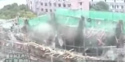 Un edificio en construcción se derrumba mientras obreros trabajaban