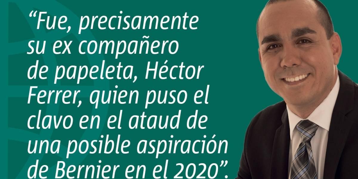 Héctor Ferrer con cuchillo en boca